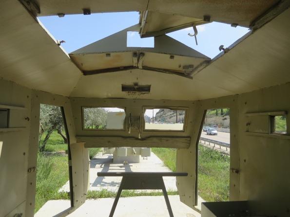 בתוך המשוריין. אחד משרידי המשוריינים המוצבים לצד כביש מס' 1 לבירה.